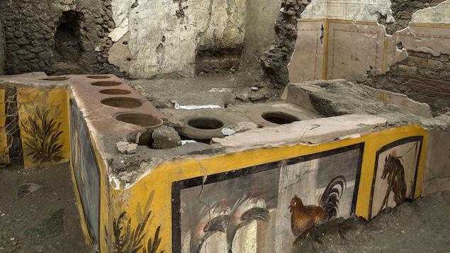 Une photo non datée montre le thermopolium sur le site archéologique de Pompéi, près de Naples, en Italie.