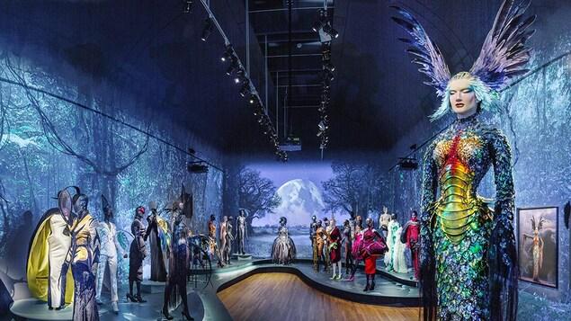 Une salle d'exposition est remplie de costumes flamboyants.