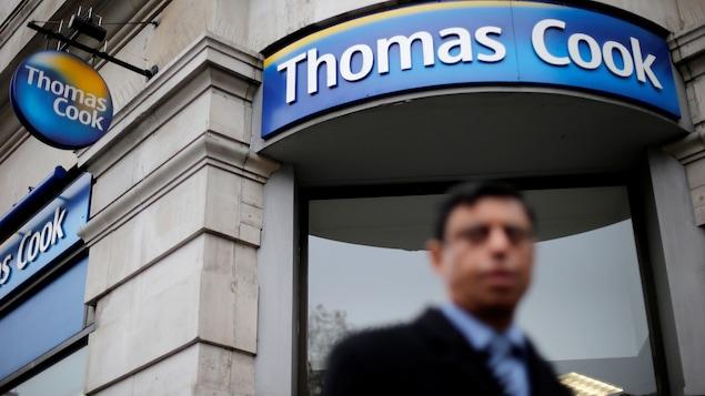 Un piéton passe devant l'un des bureaux de Thomas Cook à Londres.
