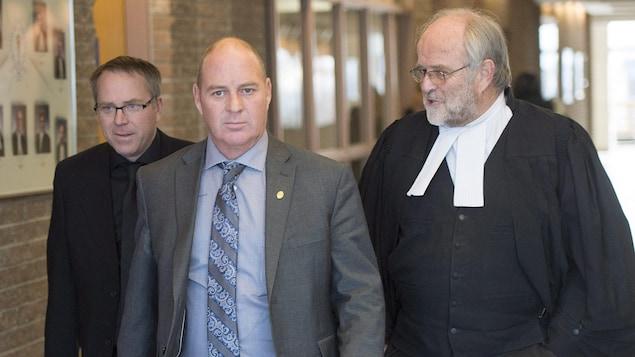 Thomas Harding en compagnie de son avocat, Me Tom, Walsh à leur arrivée au palais de justice de Sherbrooke.