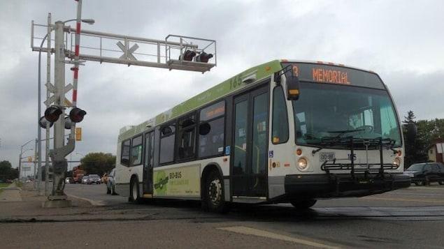 Un autobus en mouvement.