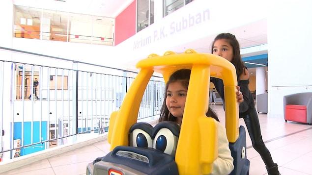 Tiana Raposo (dans la voiturette) en compagnie de sa sœur aînée Jiada à l'Hôpital de Montréal pour enfants, le 10 novembre 2017