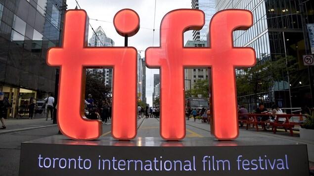 Des lettres géantes t i f f sur un piédestal