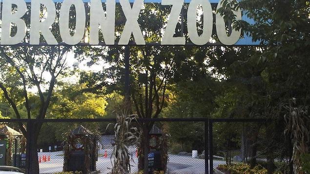 L'entrée du zoo est fermée par des grillages.