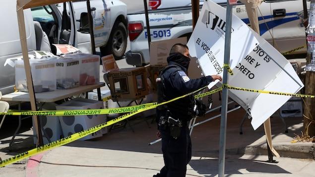 Un policier sécurisant une scène de crime.