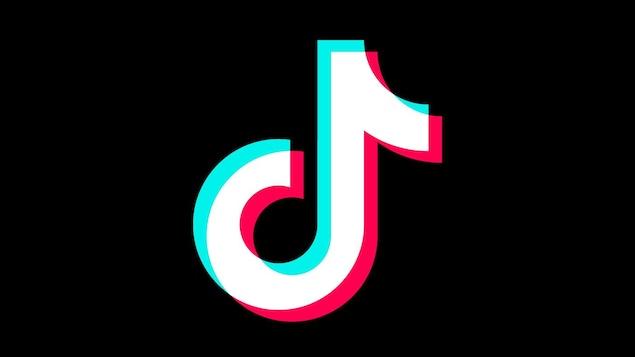 Une image montrant le logo de TikTok, une note de musique blanche au contour bleu d'un côté et rouge de l'autre.