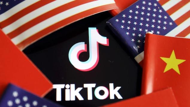 Le symbole de TikTok entouré des drapeaux chinois et américains.
