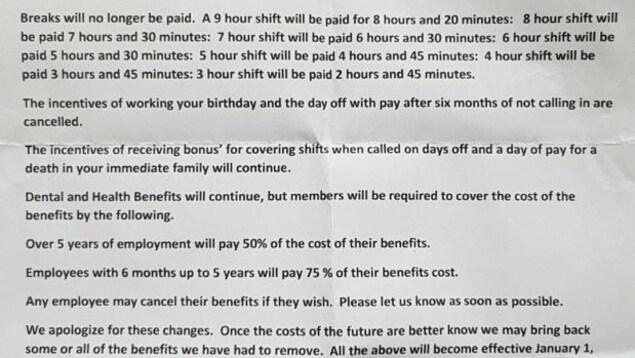 Le document qui décrit l'annulation des pauses payées, en raison de la hausse du salaire minimum que des employés d'un restaurant Tim Hortons de l'Ontario disent avoir reçu. Ils disent aussi qu'on leur a demandé de le signer.