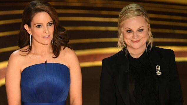 Les deux femmes parlent sur la scène.