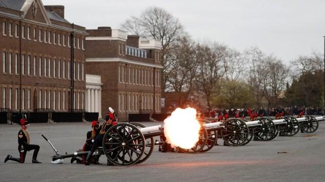 Des membres de l'armée britannique activent des canons.