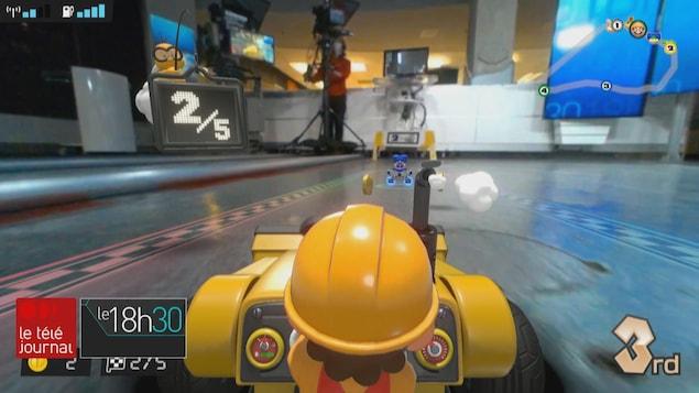 Mario avance sur le plateau du Téléjournal.