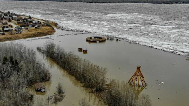 Vue aérienne d'un site inondé où se dresse un tipi.