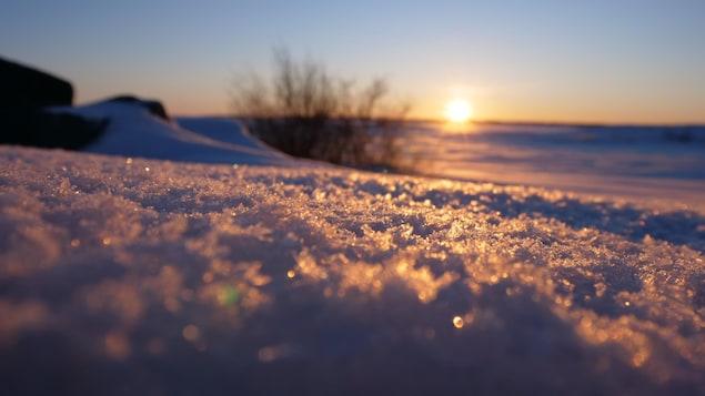 Lever de soleil sur une plaine recouverte de neige