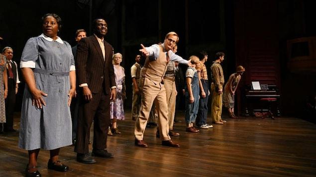 Les comédiens de la pièce « Ne tirez pas sur l'oiseau moqueur » saluent la foule après la première représentation à Broadway.