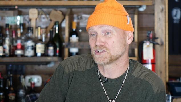 Todd Perrin dans son restaurant.