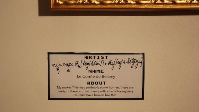 L'étiquette de l'oeuvre indique le nom de l'artiste et son nom