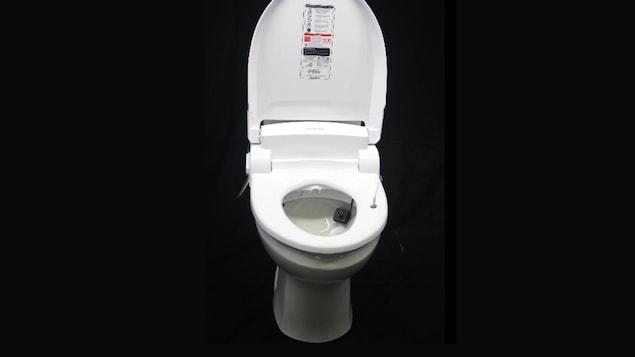 La toilette intelligente de l'Université Stanford. On aperçoit une caméra dans la cuvette.