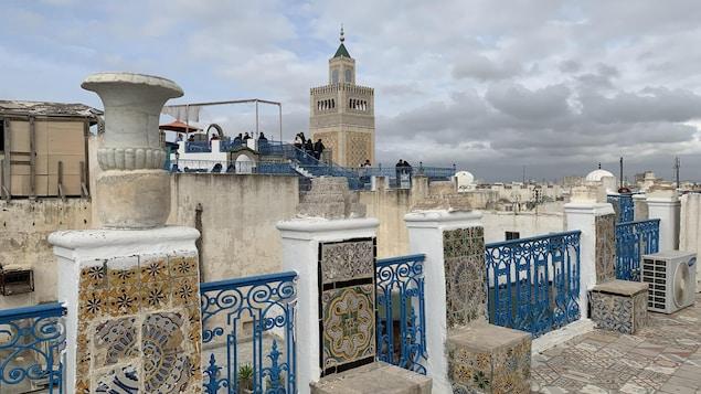 Le bleu et le blanc du ciel se confondent avec ceux des toits.