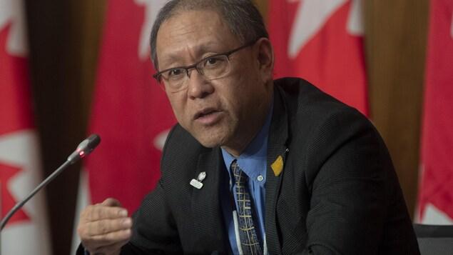 El doctor Tom Wong da una conferencia de prensa en Ottawa.