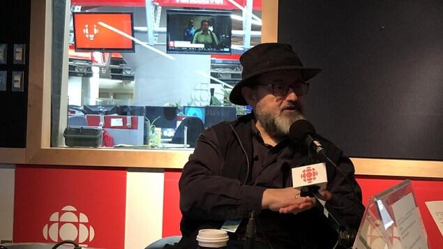 Tommy Schnurmacher en studio à Radio-Canada.