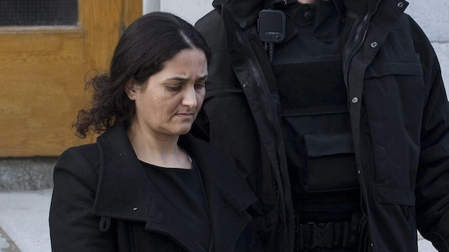 Tooba Yahya est escortée par un policier