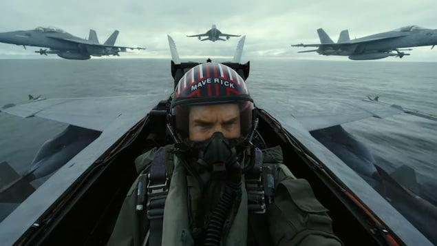 Tom Cruise vole avec un avion de chasse.