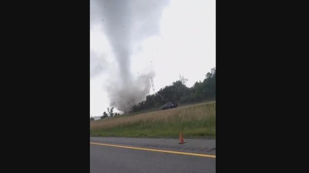 Une tornade dans un champ filmée depuis une voiture.