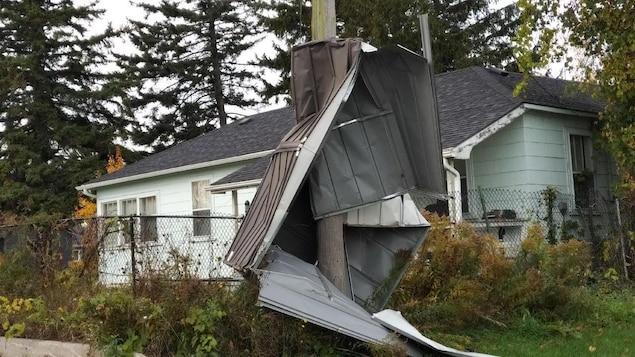 Un hangar enroulé autour d'un poteau téléphonique par des vents qui montaient jusqu'à 130 km / h.