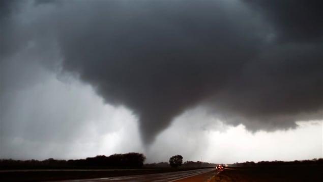 Un ciel lourd où se forme une tornade.