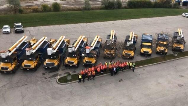 Des camions de déchiquetage et des camions-nacelles de la Ville de Toronto.