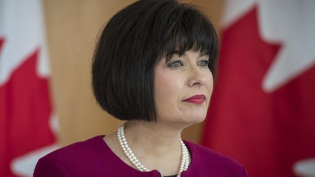 La ministre fédérale de la Santé, Ginette Petitpas Taylor, écoute les commentaires lors d'une conférence de presse sur le programme national d'assurance-médicaments à l'Institut du savoir Li Ka Shing, à Toronto le 6 mars 2019.
