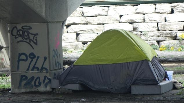 Une tente sert de logement de fortune sous une autoroute de Toronto.