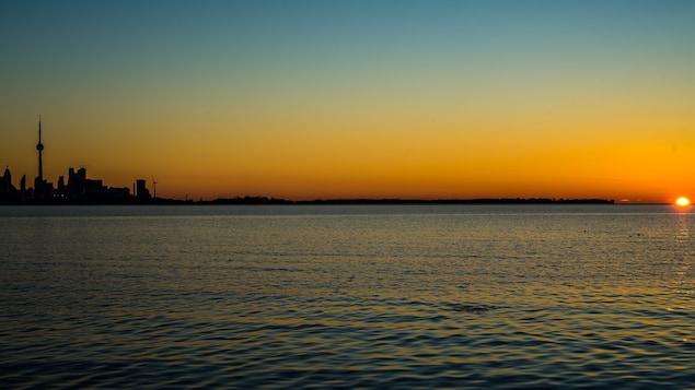 Un lever de soleil sur Toronto.