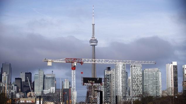 Point de vue sur le centre-ville de Toronto avec des constructions au premier plan