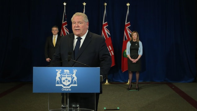 Doug Ford au podium.