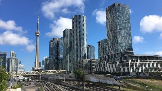 Le centre-ville de Toronto à l'arrière plan; des rails de chemin de fer au premier plan