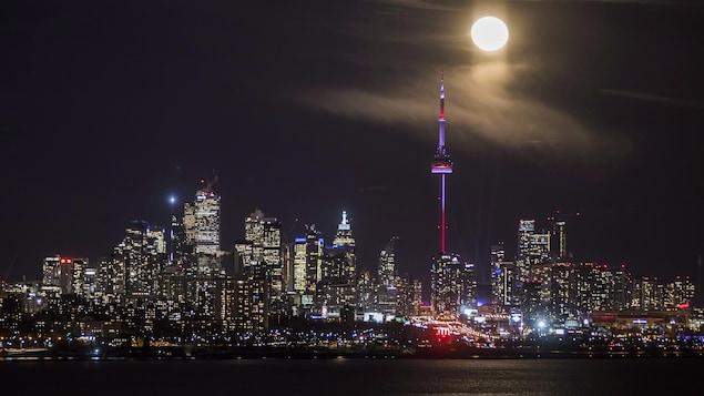 Vue de la Tour CN et des gratte-ciel de Toronto le soir.