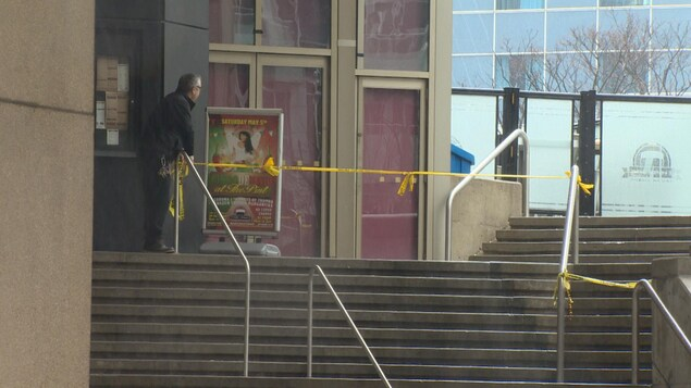 Photo de banderoles de police jaunes bloquant un escalier.