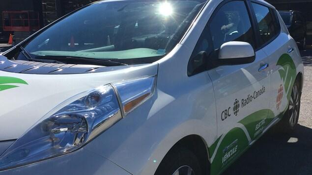 La voiture utilisée pour faire le tour de la Gaspésie en voiture électrique. Il s'agit d'une Nissan Leaf 2016 avec une autonomie de 170 kilomètres.