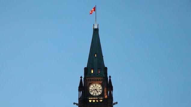 La tour de la Paix du Parlement canadien, à Ottawa, en début de soirée.