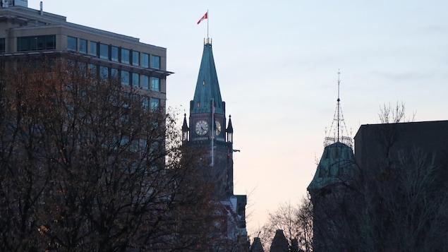 La tour de la Paix vue du parc de la Confédération, à Ottawa, par une douce soirée d'hiver.