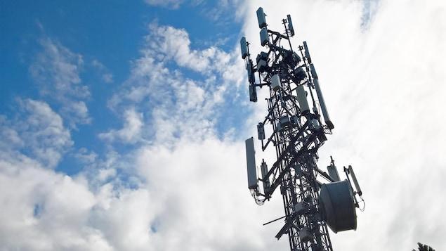 Une antenne de téléphonie cellulaire .