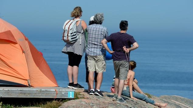 Des gens qui observent le fleuve.