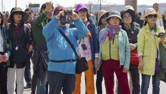 Des touristes chinois prennent des photos.