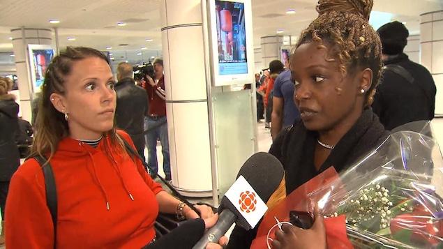 Deux touristes répondent aux questions des journalistes.