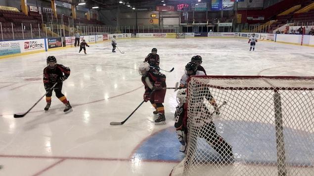 De jeunes joueurs de hockey en action.