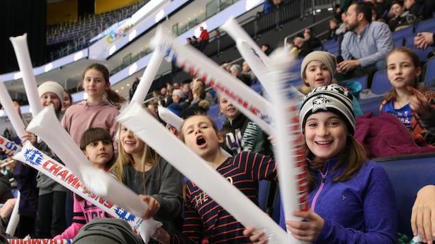 De jeunes spectatrices encouragent leur équipe favorite