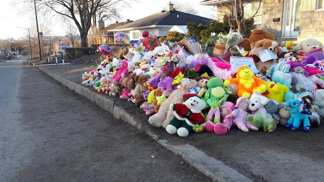 Les peluches s'amoncellent alors que les gens viennent se recueillir devant la maison derrière laquelle le corps de Rosalie Gagnon a été découvert.