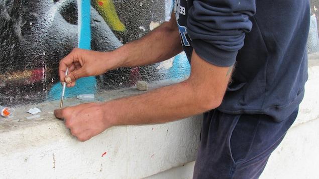 Une seringue en main, un toxicomane de Lisbonne prépare sa prochaine dose d'héroïne.
