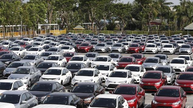 Des véhicules Toyota dans un stationnement d'une usine aux Philippines.